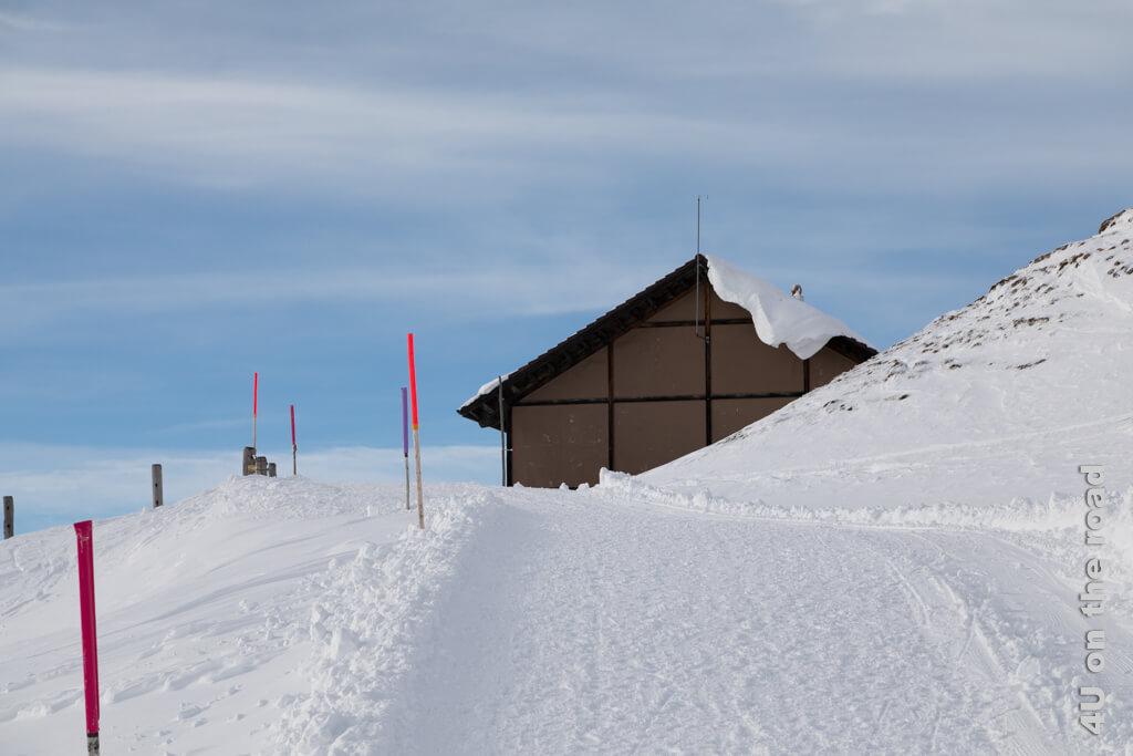 Das Bahnhofsgebäude mit einem dekorativen Schneebrett - Tagesausflug zum Rigi