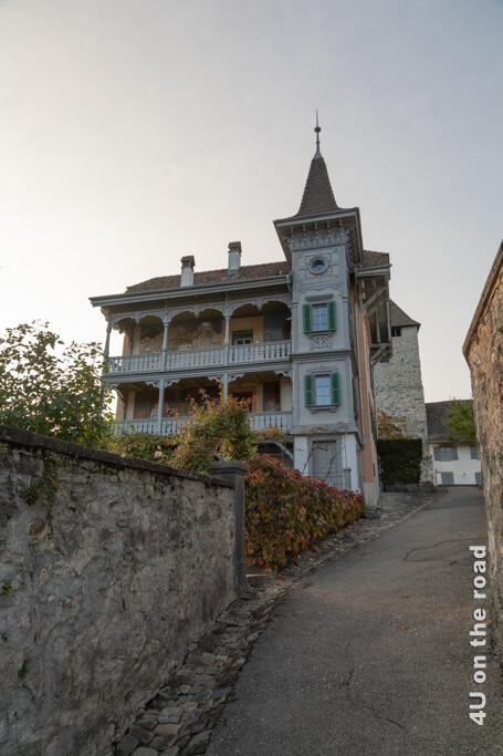 Le Roselier - unterhalb des Hauses befindet sich der Rosengarten des Schlosses - Ausflug Spiez