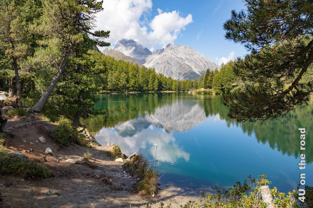 Hier spiegelt sich der blaue Himmel im grünen Palpuognasee und lässt den See wie einen Opal schimmern.