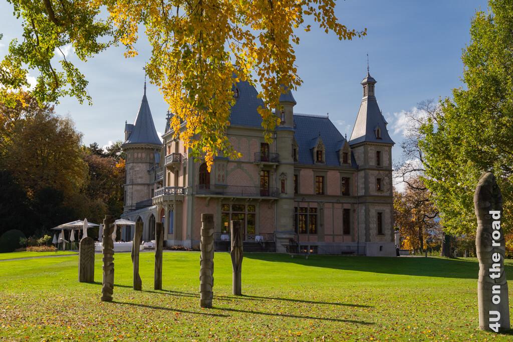 Von der Restaurant Terrasse von Schloss Schadau kann man den Blick über den Thunersee geniessen.