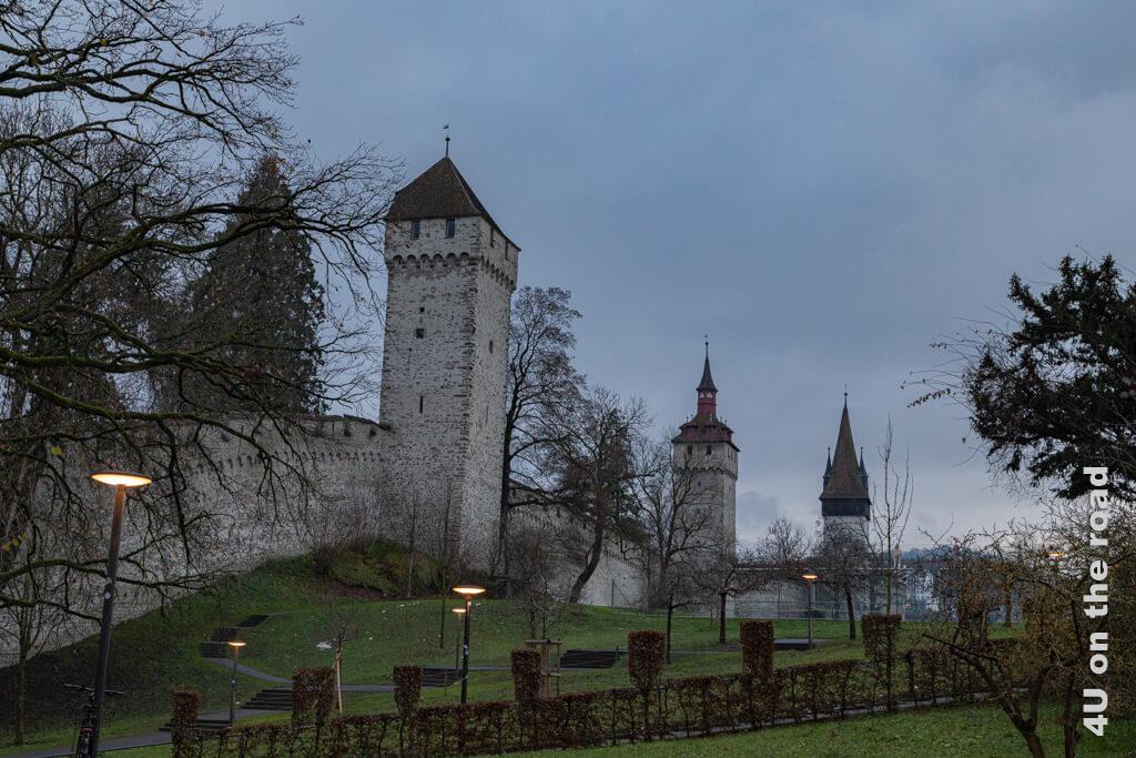 Museggmauer mit dem Luegisland, Wachtturm und Zytturm  - Sehenswürdigkeiten von Luzern