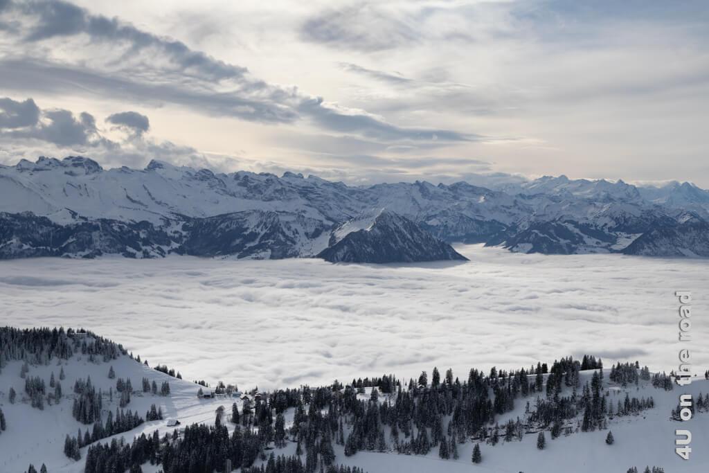 In den oberen Wolken ist ganz schön Bewegung drin.