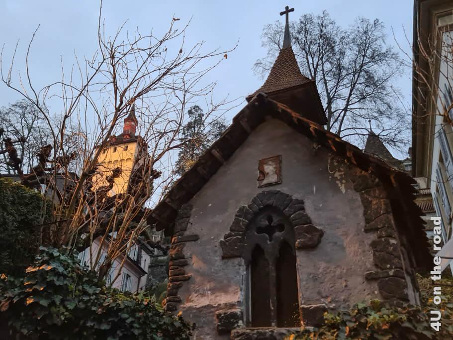 Eine Kapelle im Garten und im Hintergrund der angeleuchtete Wachtturm - Sehenswürdigkeiten von Luzern