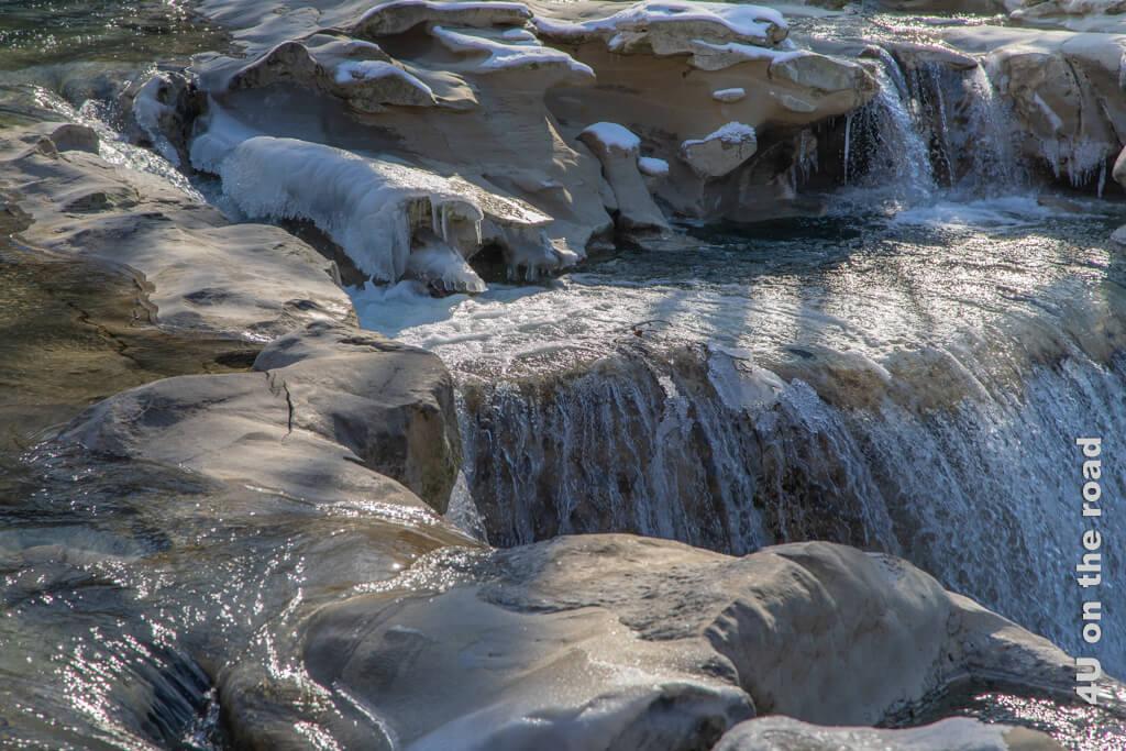 Die ausgewaschenen Steine laden zum Klettern ein.