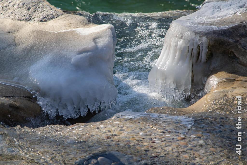 Viele Steine sind mit einer Eisschicht überzogen - Winterspaziergang entlang der Töss