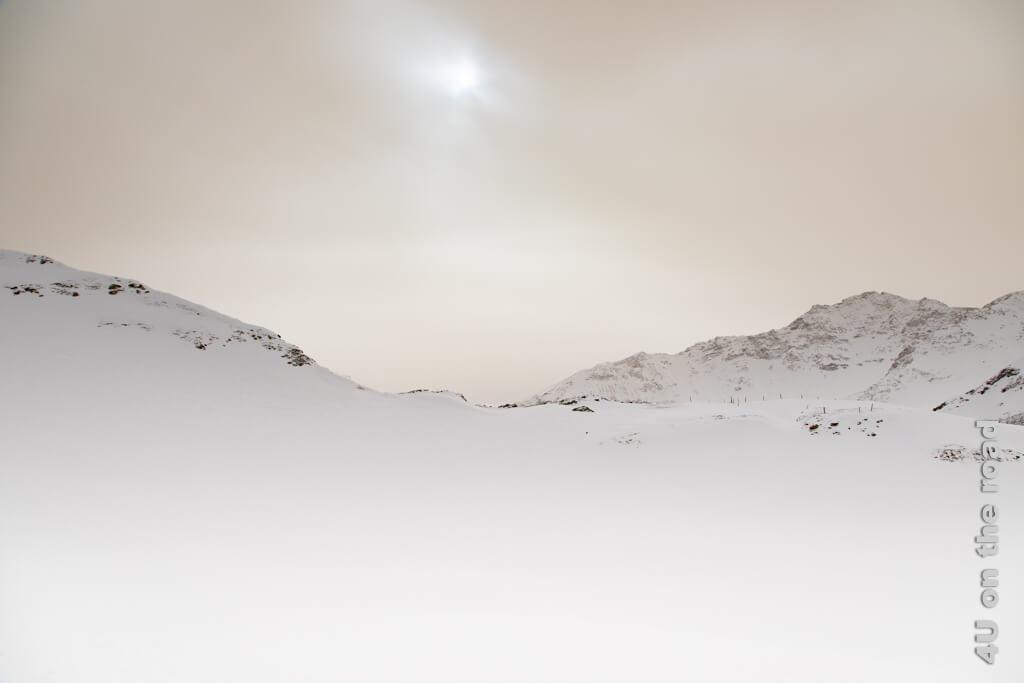 Dieses Sonnenloch begleitet uns fast auf der ganzen Winterwanderung auf dem Pizol. So langsam fängt der Himmel an sich gelblich zu verfärben.