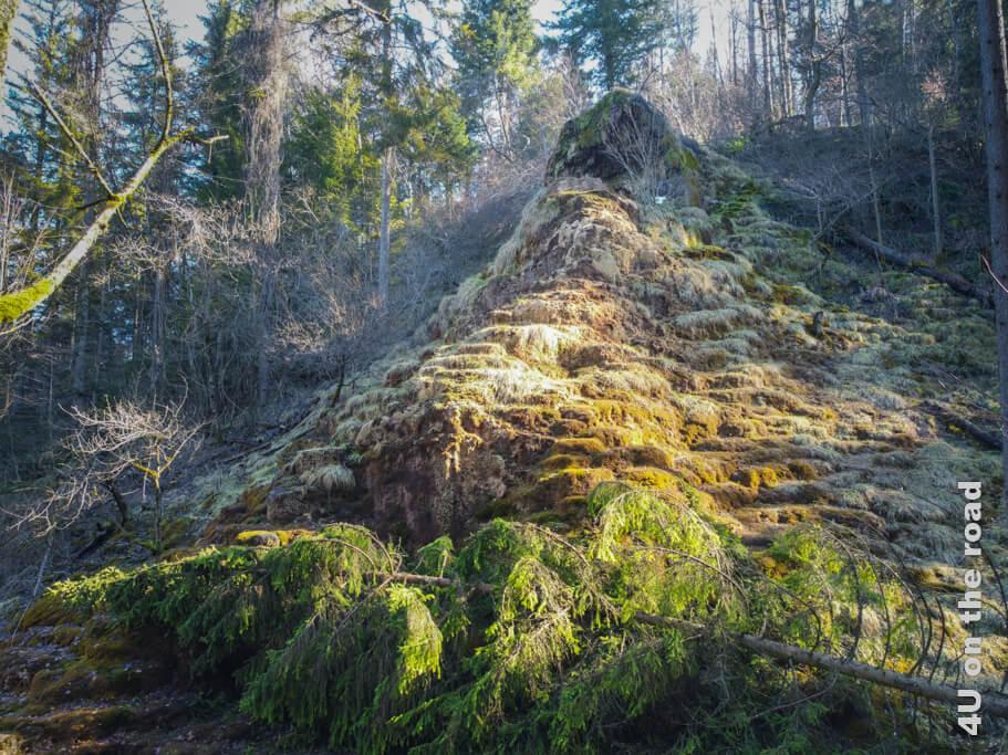 Steile Treppen führen zum Tuffsteinkegel, der oben wie manche Kirche thront. (Drohnenaufnahme) - Tüfels Chilen