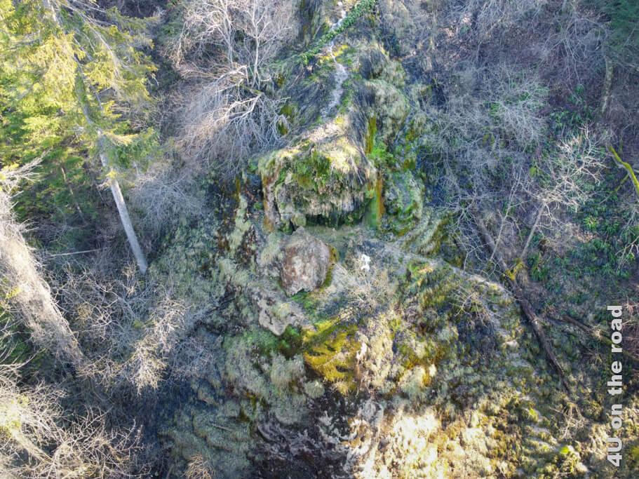 Von oben sieht man wie das Wasser zum Tuffsteinkegel fliesst und sich dann verteilt. - Tüfels Chilen