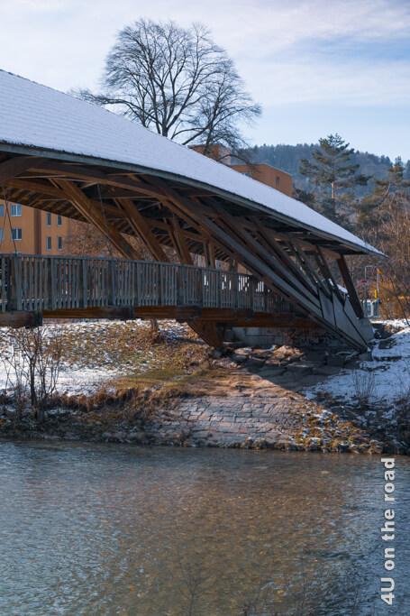 Der Eulacher Steg befindet sich bei der Einmündung der Eulach in die Töss. Es ist eine taillierte Sprengwerkbrücke mit geneigten Streben und Seilverspannungen. Startpunkt unserer Winterwanderung entlang der Töss.