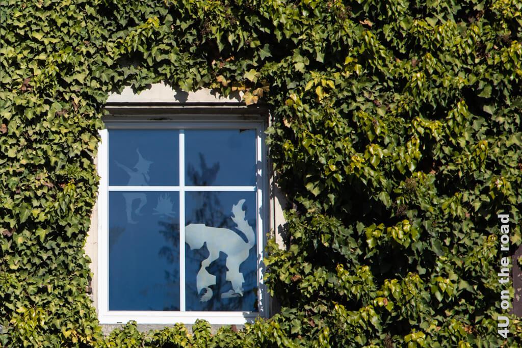 In diesem Fenster geben sich Rumpelstielzchen und der gestiefelte Kater ein Stelldichein.
