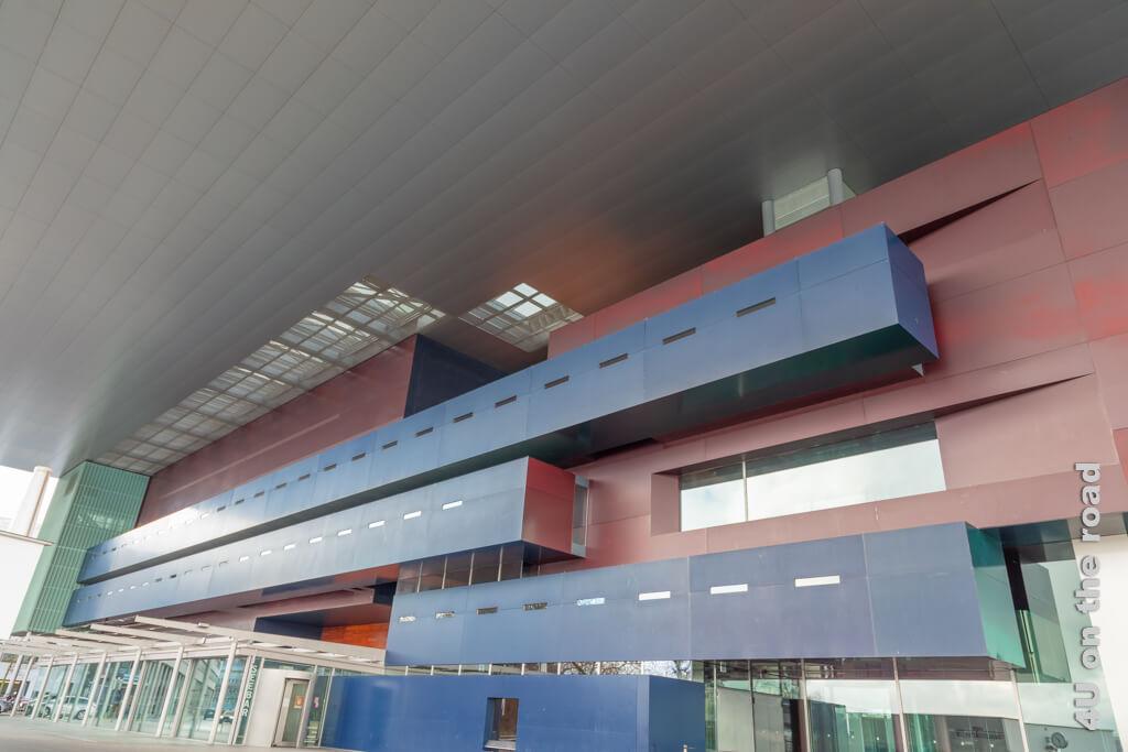 Das grosse Dach des KKL schafft die Verbindung des Gebäudes zum Wasser.