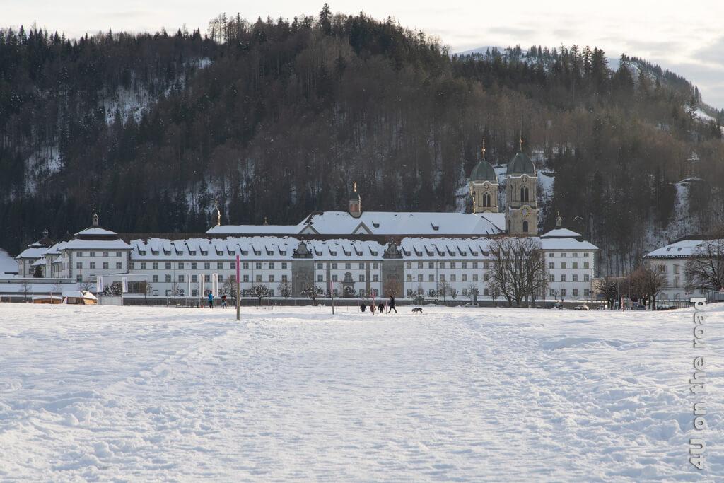 Das verschneite Kloster Einsiedeln am Ende der Winterwanderung von Biberbrugg nach Einsiedeln.