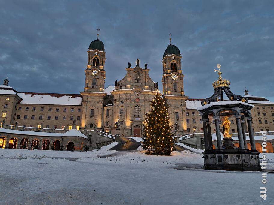 Kloster Einsiedeln mit Marienbrunnen im Lichterkranz