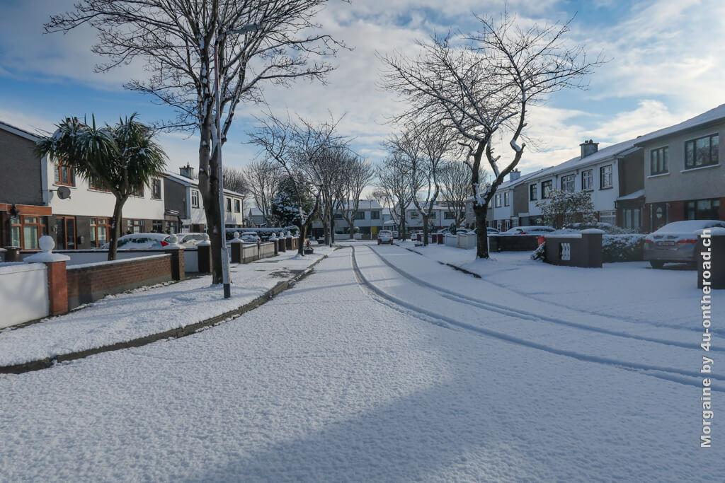 In Irland hat es geschneit. Wegen des 5 km Radius kann ich mich nur durch die Strassen der Wohngebiete bewegen. - Bridge to College Programm