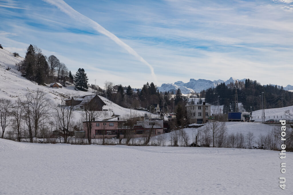 Blick zurück, bevor wir mit dem Aufstieg auf den Altberg anfangen. - Winterwanderung von Biberbrugg nach Einsiedeln