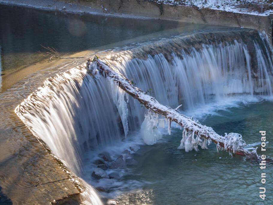 Der erste Wasserfall am Beginn der Affenschlucht von der Strasse aus gesehen. - Winterspaziergang entlang der Töss