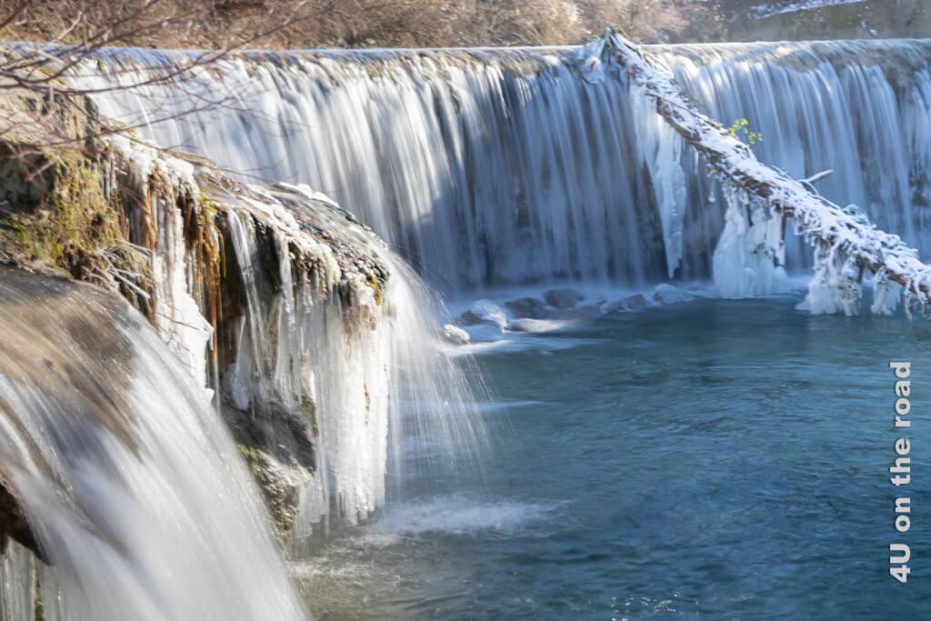 Aus der Nähe sieht der Wasserfall mit den Eisgebilden noch viel fotogener aus. Winterspaziergang entlang der Töss