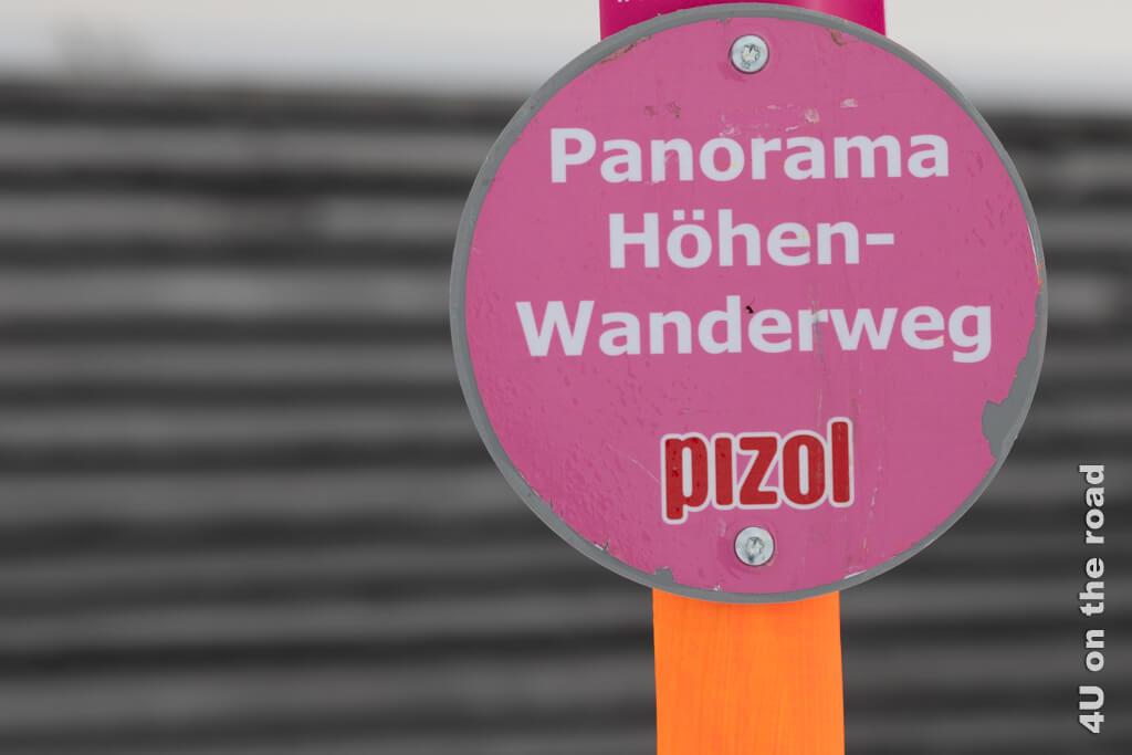 Die pinken Schilder mit dem orangenen Pfahl sind in der weissen Landschaft gut zu erkennen. - Winterwanderung auf dem Pizol