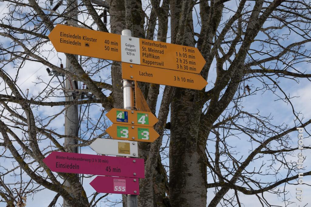 Ein Wegweiser markiert die Stelle an der das Galgenchappeli stand - Winterwanderweg von Biberbrugg nach Einsiedeln