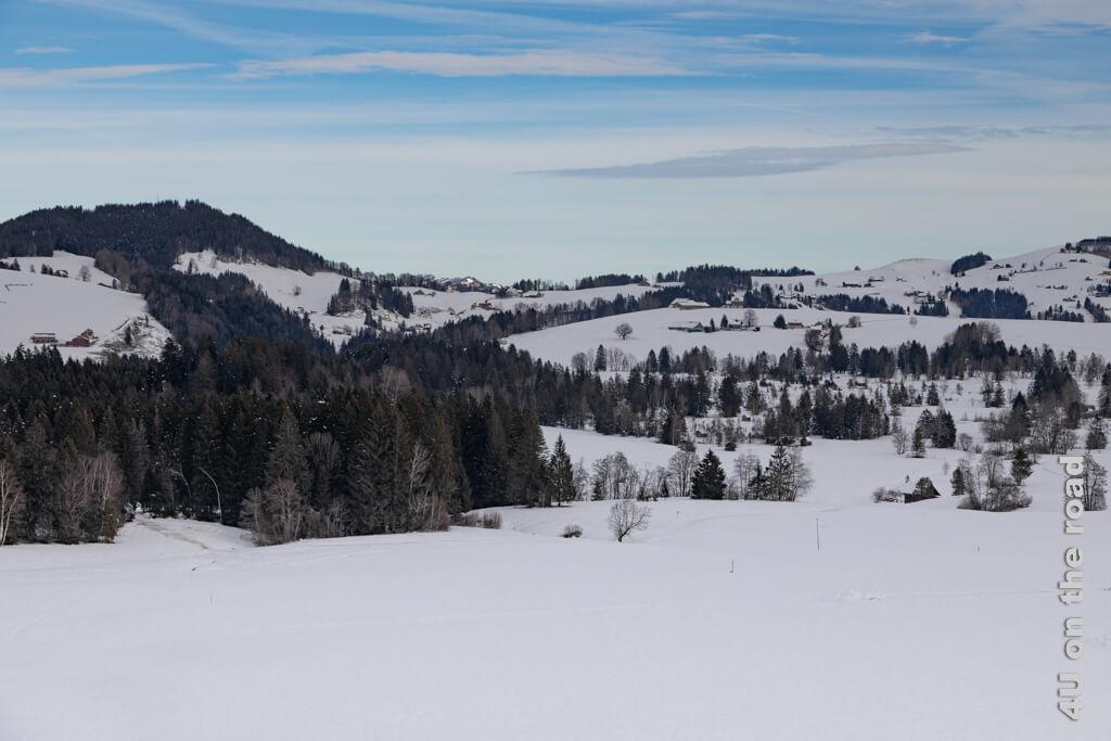 Es dauert zwar nicht lange bis das Blau am Himmel von aufziehenden Wolken bedeckt wird, aber es gibt es noch. Winterwanderung von Biberbrugg nach Einsiedeln