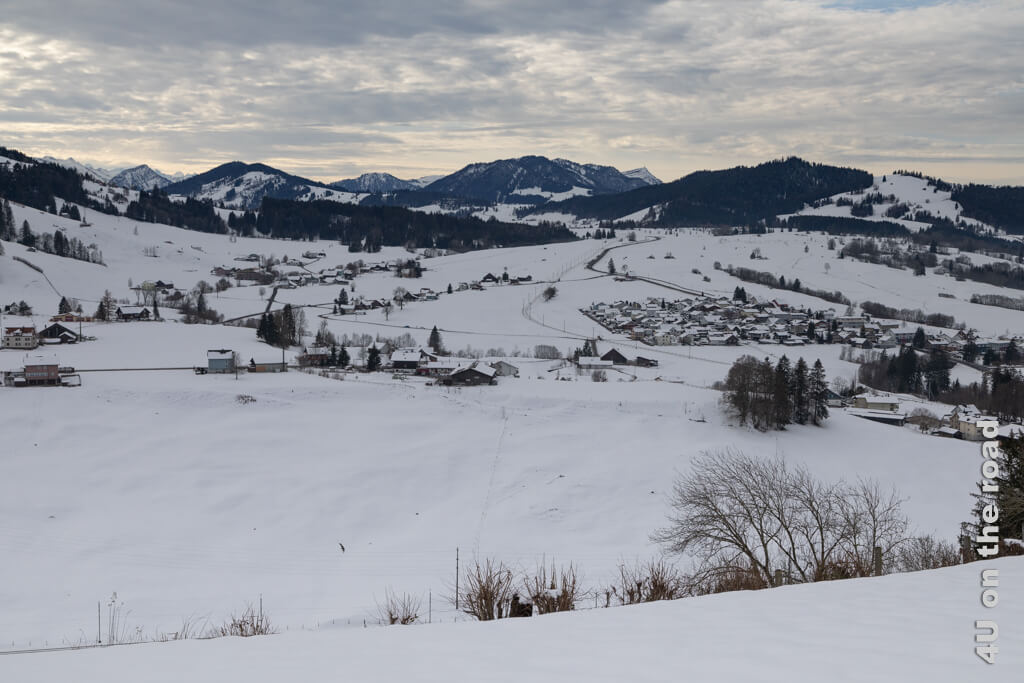 In der anderen Richtung gewinnen die Wolken schon die Oberhand. Winterwanderung von Biberbrugg nach Einsiedeln.