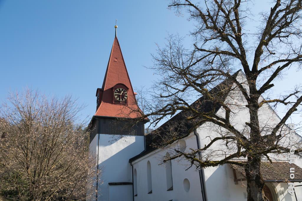 Die Kirche von Zell ist auf den Grundmauern eines römischen Hauses und einer Kirche aus dem 7. Jhd. erbaut. An der Südwand befindet sich wahrscheinlich das Grab eines Eremiten.