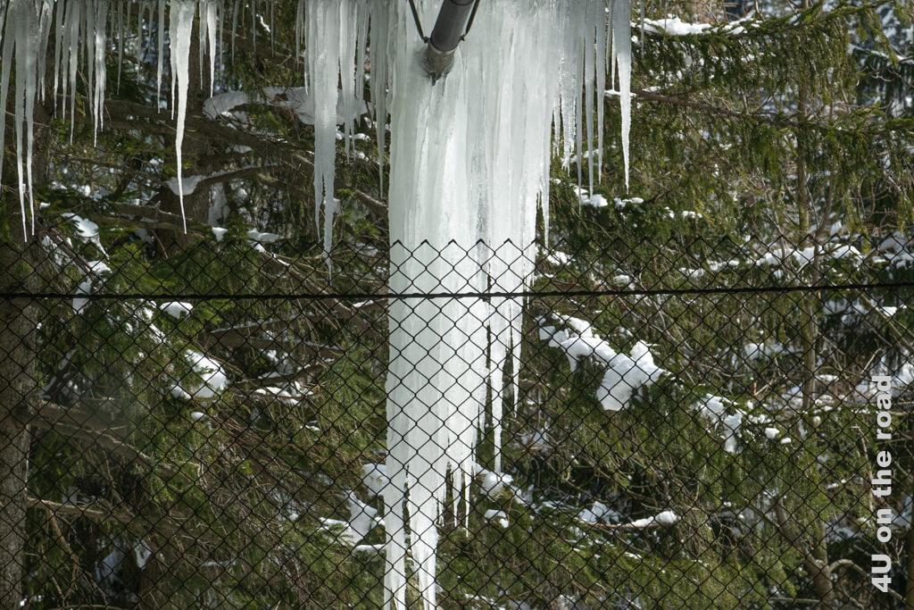 Dicke Eiszapfen hängen von der Tunneldecke - Wohnmobiltour in den Süden der Schweiz