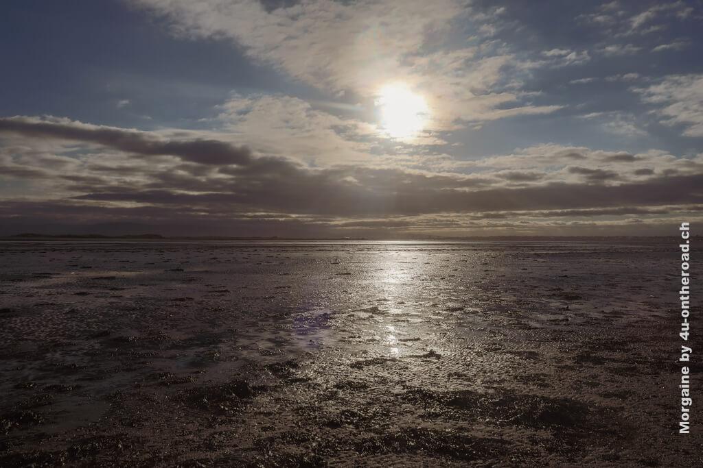 Diese silbrig glänzende Gegenlichaufnahme gibt schön die Abendstimmung wieder. Foto Challenge Meer