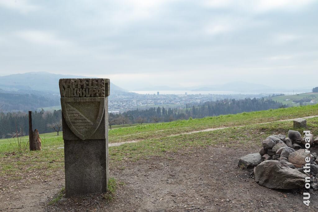 Gedenkstein der Kappeler Milchsuppe an der Grenze zwischen den Kantonen Zürich und Zug. Leider sieht man nur bis zum Zugersee und nicht weiter.