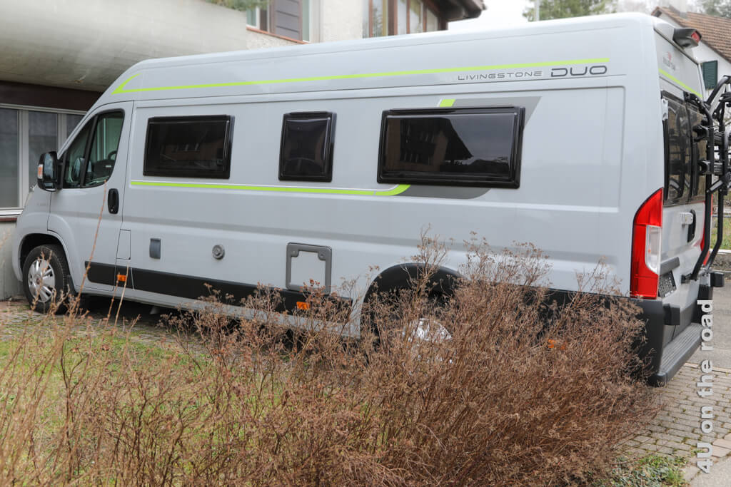 Dies ist ein langer Kastenwagen, der gerade so auf seinen Stellplatz passt. - Ein Wohnmobil kaufen - worauf ihr achten solltet.