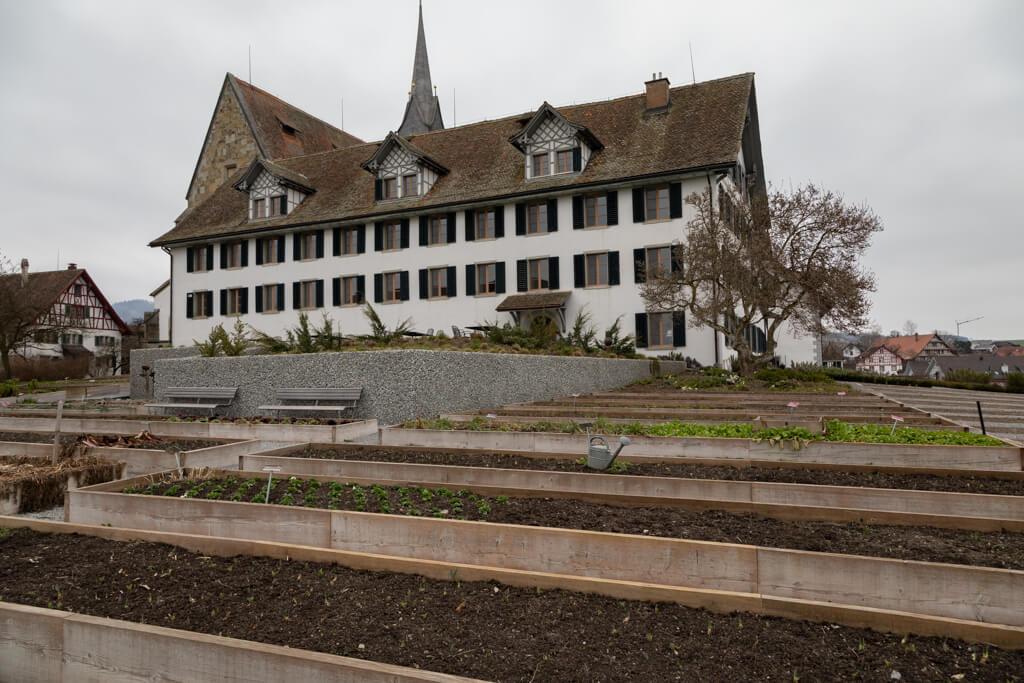 Der Klostergarten des Klosters Kappel. Am rechten Rand erkennt man die in den Boden eingelassenen Beete.
