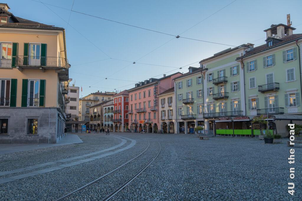 Die andere Seite der Piazza Grand liegt schon im Schatten, hier herrscht tote Hose. - Frühling in Locarno