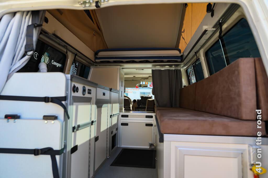 Staufächer in einem Campingbus mit Ausstelldach.