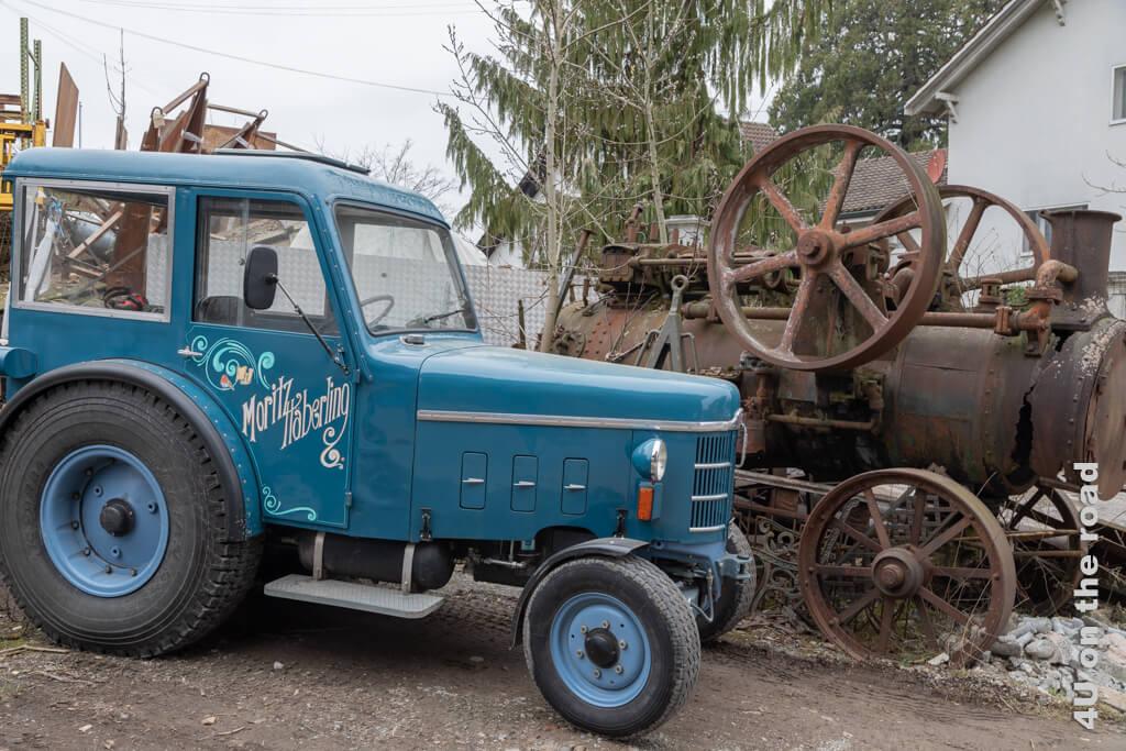 Restaurierter Traktor und alte Dampfmaschine