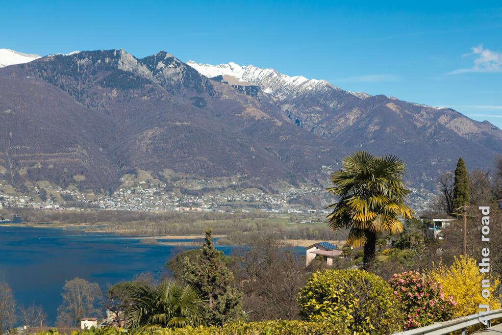 Blick auf die Magadinoebene, wo die Verzasca und der Ticino in den Lago Maggiore münden.