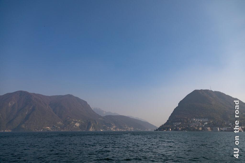 Blick über den Luganersee vom Parco Ciani aus. Rechts im Bild ist der Monte San Salvatore zu sehen.