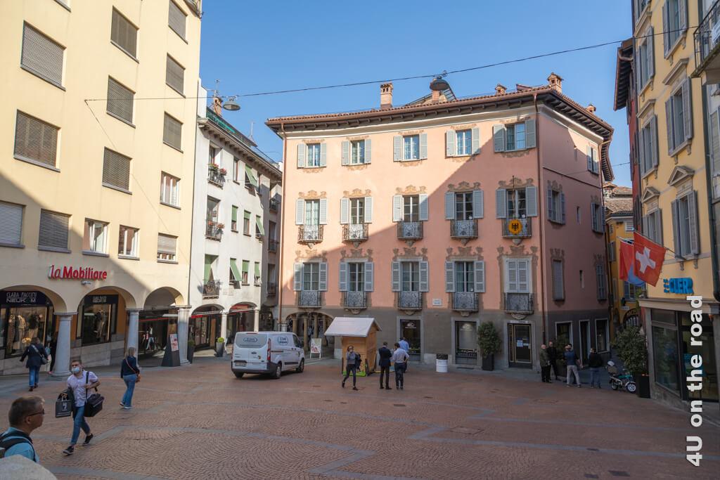 Auf diesem Platz in Lugano ist richtig etwas los, als wir abends zurück zum Bahnhof laufen. In der Holzbude werden dann Getränke verkauft.