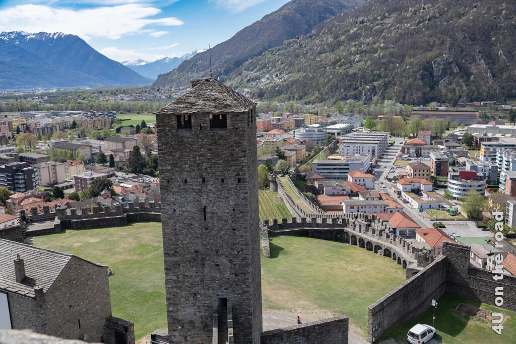 Blick auf Torre Nera und die Stadtmauer