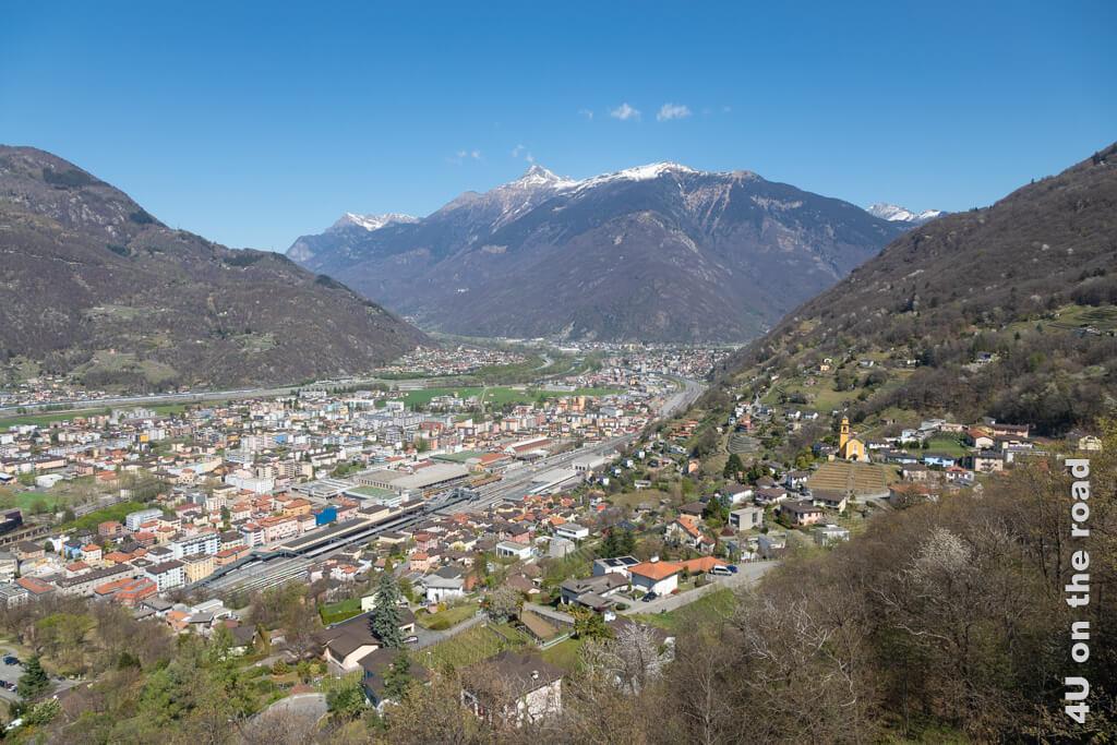 Blick in Richtung Norden. Links in Richtung San Gotthard oder rechts in Richtung San Bernardino Pass bzw. Tunnel ist hier die Frage. Strategische Bedeutung der Burgen von Bellinzona.