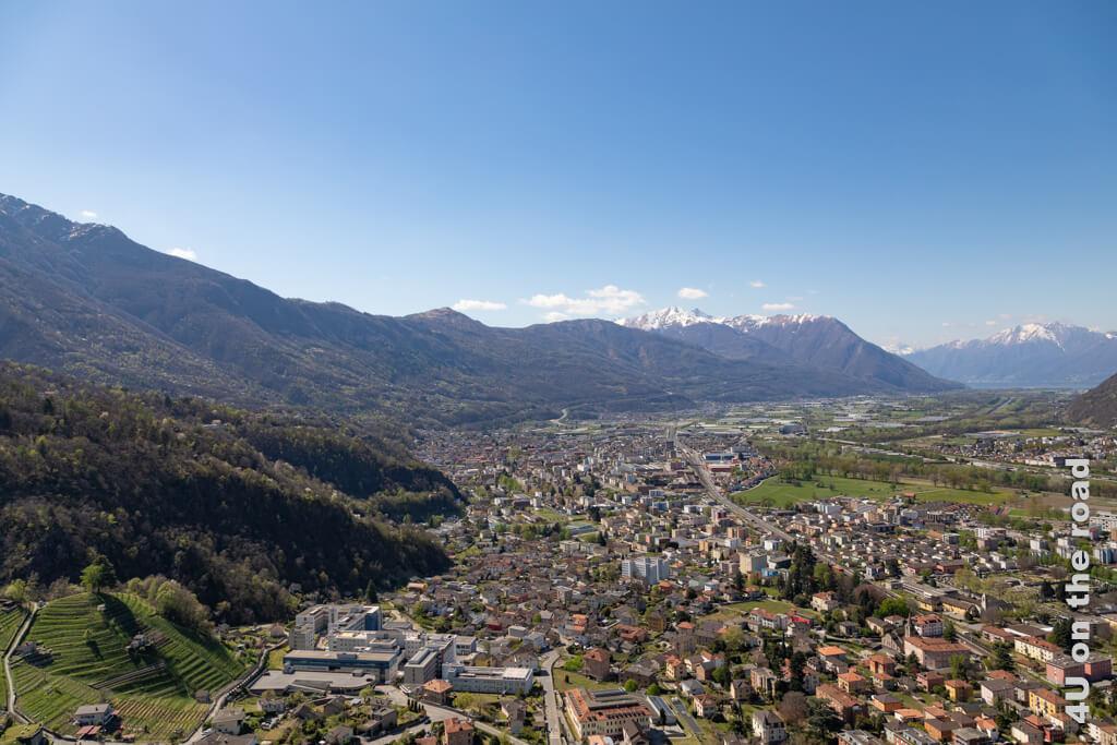 Blick von der Burg Sasso Corbaro, der höchstgelegenen der drei Burgen von Bellinzona in Richtung Süden.