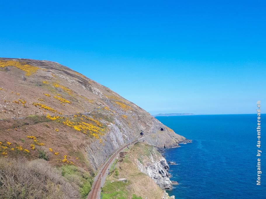 Zum äusseren Tunnel führen keine Schienen mehr, die Holzbrücke gibt es auch nicht mehr. Bray to Greystones Cliff Walk