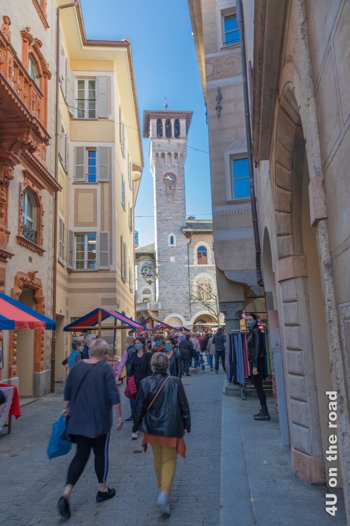 Selbst in den engen Gassen stehen die Stände mit den farbenfrohen Dächern. - Markt in Bellinzona