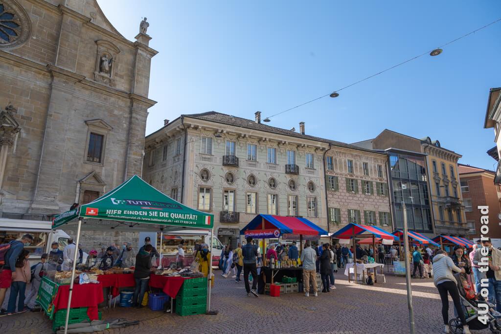 Von der Seitenlinie beobachten wir mit unserem Eis das Markttreiben. - Markt in Bellinzona