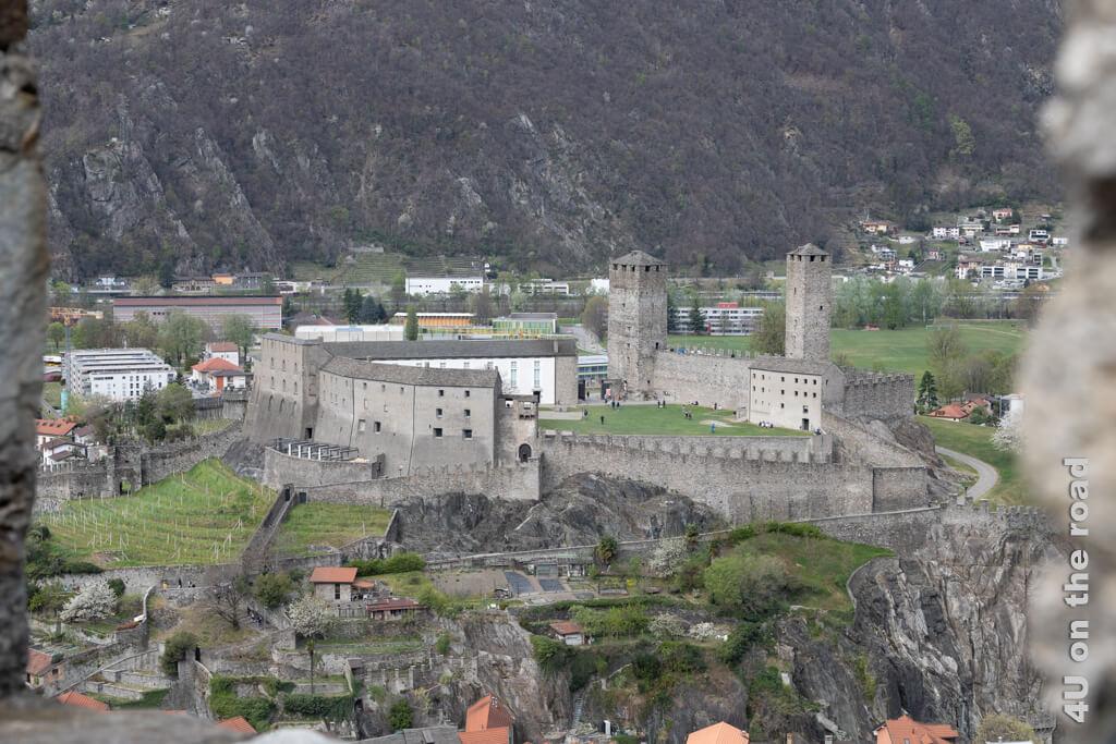 Von den Zinnen der Burg Montebello hat man einen guten Blick auf Castelgrande. Burgen von Bellinzona