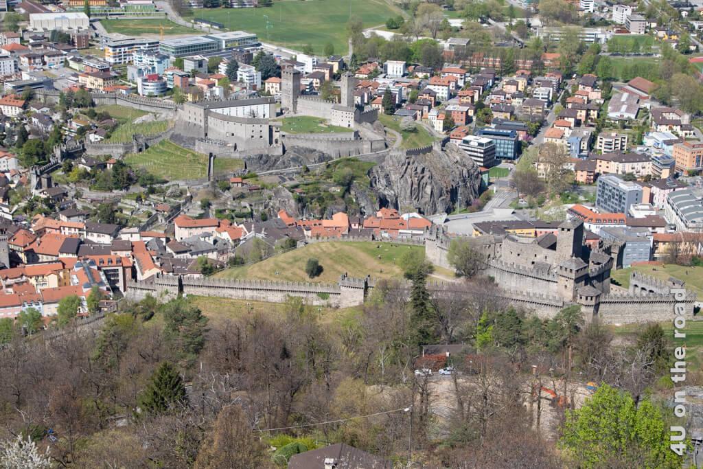 Castelgrande mit der Stadtmauer und Castel Montebello von der Burg Sasso Corbaro aus fotografiert. - Burgen von Bellinzona