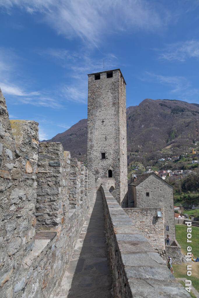 Der windige Verbindungsweg zum Torre Bianca. Im Torre Bianca kann man bis unters Dach nach oben steigen.