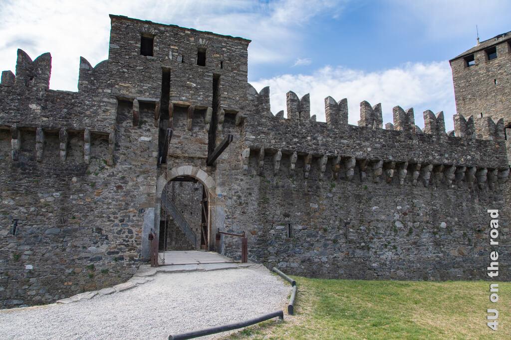 Der Eingang zur Burg von Montebello. Fast erwartet man herausstürmende Soldaten. Burgen von Bellinzona