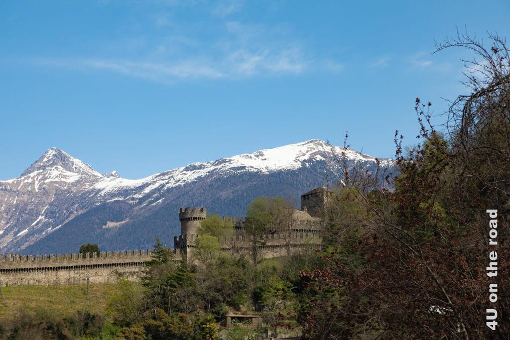 Wir nähern uns der Burg von Montebello von hinten. - Burgen von Bellinzona
