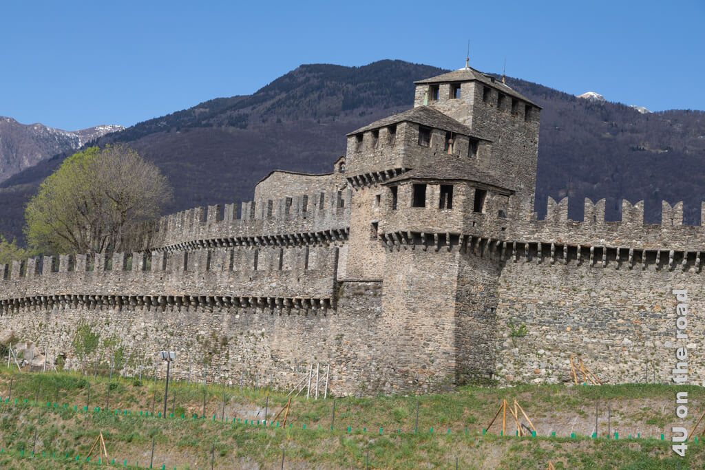 Aus der Nähe erscheint die Burg von Montebello mächtig. Wir fragen uns, wozu der äussere Gang an der Mauer erbaut wurde. - Burgen von Bellinzona