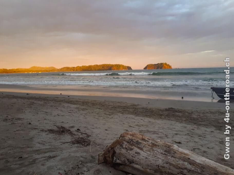Lange Sandstrände laden zu Abendspaziergängen ein. Spanisch lernen bei einem Sprachaufenthalt in Costa Rica bei der Sprachschule Intercultura.